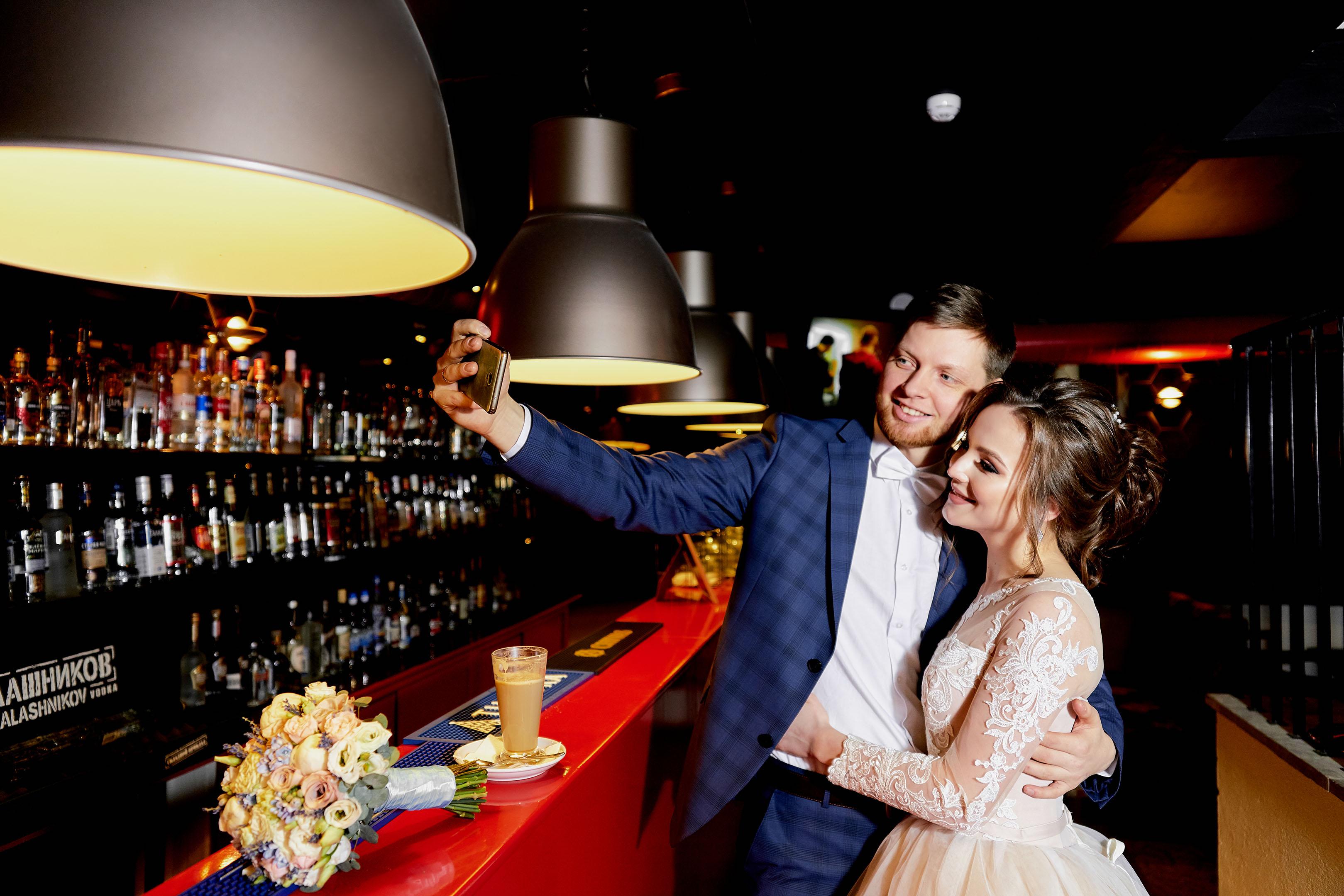 Свадебная фотосессия в Пушкине, свадебная фотосессия в Отеле Певченская Башня, селфи молодоженов