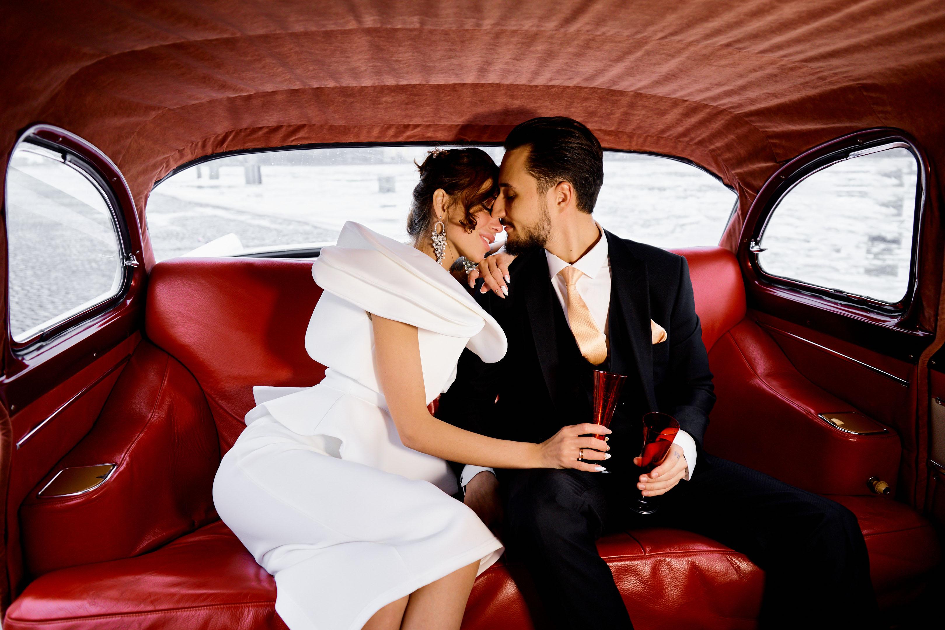 Свадебная фотосессия с автомобилем Чайка