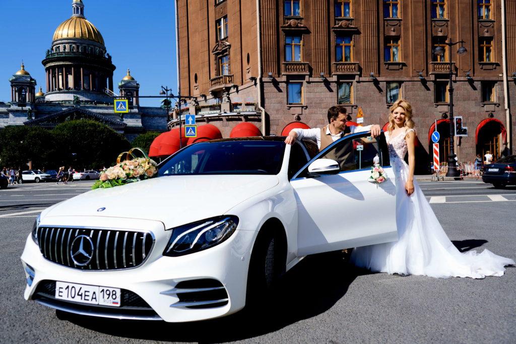Свадебная фотосессия на Исаакиевской площади с автомобилем